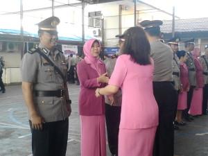 ROMBAK. Kapolres Paser beserta istri, saat memberikan selamat kepada personil yang naik jabatan. (Rapal JKN - Hello Borneo)