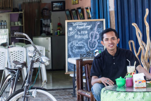 Amien pemilik Waroeng Keroncong di Jalan Raya Provinsi kilometer 17 Kabupaten Penajam Paser Utara (Suherman - Hello Borneo)