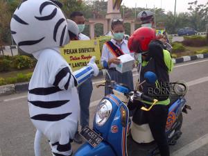 Dinas Kesehatan Kabupaten Penajam Paser Utara, bagikan masker gratis antisipasi ISPA (AH Ari B - Hello Borneo)
