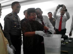 NARKOBA. Wakapolres Paser, Kompol Sandi Sultan memusnahkan barang bukti (bb) sabu-sabu. (Rapal JKN - Hello Borneo)
