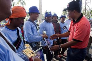 Kepala Dishubbdpar dan Kominfo Kabupaten Penajam Paser Utara, Alimuddin memneyerahkan hadiah kepada juara Festival Layang-Layang Benuo Taka 2015 (Suherman - Hello Borneo)