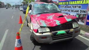MASIH. Mobil Strada Triton KT 8077 AV masih terparkir di depan Mapolres Paser dengan kondisi hancur. (Rapal JKN - Hello Borneo)