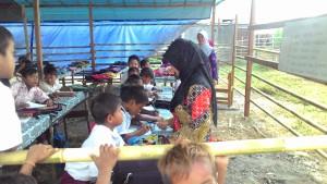 Serius. Tampak aktifitas belajar mengajar dengan tempat seadanya. (Rapal JKN - Hello Borneo)