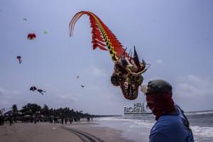Layang-layang naga milik Suryantoro dari Yogyakarta menjuarai dua kategori pada Festival Layang-Layang Benuo Taka 2015 (Suherman - Helllo Borneo)