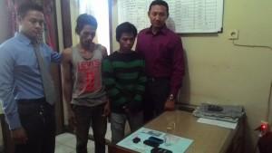 AMPUN. Tersangka As dan Ab saat diperiksa di Mapolres Paser, beserta barang bukti saat sedang asik pesta narkoba. (Rapal JKN - Hello Borneo)