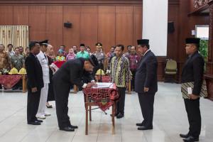 Penandatangan surat keputusan mutasi pejabat struktural eselon II, III dan IV di lingkungan Pemerintah Kabupaten Penajam Paser Utara (Suherman - Hello Borneo).