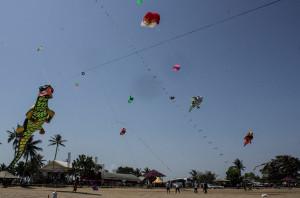 Peserta melakukan persiapan dan eksibisi pada hari pertama Festival Layang-Layang di di Pantai Corong, Kelurahan Tanjung Tengah, Kabupaten Penajam Paser Utara (Suherman - Hello Borneo)