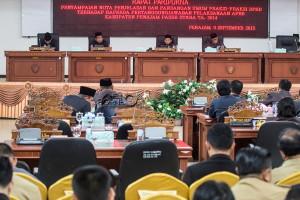 Rapat paripurna penyampaian nota penjelasan dan pandangan umum fraksi-fraksi DPRD terhadap Raperda pertanggungjawaban pelaksanaan APBD Kabupaten Penajam Paser Utara 2014 (Suherman - Hello Borneo)