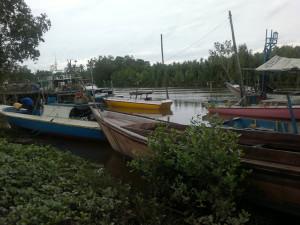 Saat gelombang tinggi nelayan Kabupaten Penajam Paser Utara, memanfaatkan waktu memperbaiki atau merawat perahu (Bagus Purwa - Hello Borneo)
