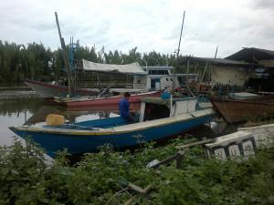 Saat gelombang tinggi nelayan Kabupaten Penajam Paser Utara, memanfaatkan waktu memperbaiki atau merawat perahu (Bagus Purwa - Hello Borneo).