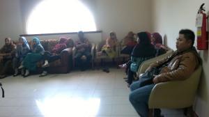 Tenaga honorer K2 yang telah dinyatakan lulus tes CPNS 2013 saat menunggu kepastian di Kantor Bupati Penajam Paser Utara (Bagus Purwa - Hello Borneo)