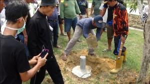 Warga Perumahan Korpri  membongkar patok tapal batas kepemilikan tanah Perusda Benuo Taka Penajam Paser Utara (AH Ari B - Hello Borneo)