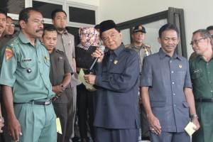Ketua DPRD Paser Kaharuddin temi demo Kades terkait desakan PJ Bupati. (Rapal JKN - Hello Borneo)