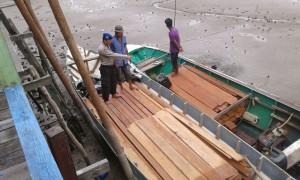 Kayu Ilegal hasil tangkapan Polair Polres Paser. (Rapal JKN - Hello Borneo)