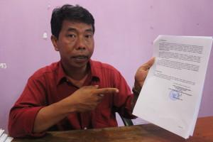 SELAMAT. Ketua Panwaslu Zainal Abidin saat menunjukan berkas kesimpulan dan pleno dugaan kecurungan yang yang dianggap silahturahmi. (Rapal JKN - Hello Borneo)