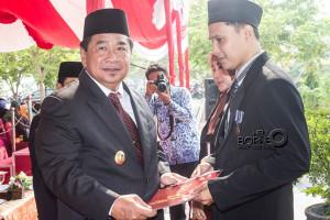 Bupati Penajam Paser Utara, Yusran Aspar sematkan Satia Lencana Karya Satya RI  kepada 3 PNS usai upacara peringatan Hari Kesaktian Pancasila (Suherman - Hello Borneo)