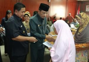 Bupati Penajam Paser Utara, Yusran Aspar serta Wakil Bupati, Mustaqim MZ menyerahkan bantuan uang penghargaan kepada veteran pejuang 45 (Suherman - Hello Borneo)