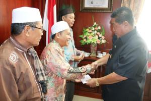 Bupati Penajam Paser Utara meyerahkan dana hibah kepada MUI kabupaten dan kecamatan (Suherman - Hello Borneo)