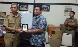 Kabag Humas dan Protokol Setkab Penajam Paser Utara, Adi Irawan (kanan) berikan cinderamata kepada Kasubag Publikasi Humas dan Prtokol Setkab Bandung (bagus Purwa - Hello Borneo)