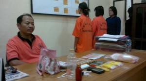 Kapolsek Penajam, Kabupaten Penajam Paser Utara, Ajun Komisaris Soleh menunjukkan barang bukti jenis narkoba jenis sabu milik Dmt dan Adh (Bagus Purwa - Hello Borneo)