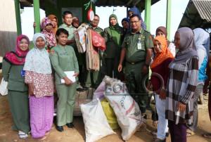 Kepala DKPP Kabupaten Penajam Paser Utara beserta staf dan masyarakat saat melakukan peresmian bank sampah di Kelurahan Saloloang, Kecamatan Penajam (Subur - Humas Setkab Penajam Paser Utara)