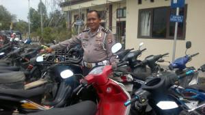 Kepala Urusan Pembinaan Operasi Satlantas Polres Penajam Paser Utara, Inspektur Satu Hari Purnomo menunjukkan sepeda motor yang diamankan (Bagus Purwa - Hello Borneo)
