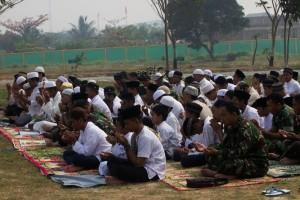 Personel Kodim 0913 Penajam Paser Utara bersama warga menggelar salat Istisqa atau meminta turunnya hujan di lapangan Makodim setempat (Suherman - Hello Borneo)
