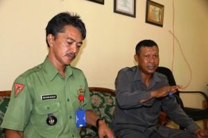 Pj Kepala Desa Girimukti, Muhammad Nasir Abdul Majid (kiri) bersama Sekretaris BPD Girimukti, Sulaiman (Alpian - Humas Setkab Penajam Paser Utara)