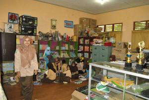 Ruang perpustakaan di SD Negeri 002 Penajam, Kabupaten Penajam Paser Utara, yang digabung dengan ruang TU (Dika - Hello Borneo)