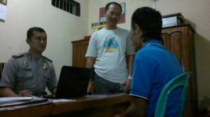 Sabarudi (43) sedang diperiksa di Mapolsek Penajam, Kabupaten Penajam Paser Utara (Bagus Purwa - Hello Borneo)