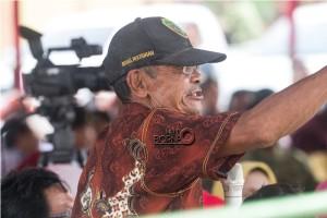 Suraji, petani Desa Bangun Mulya Kecamatan Waru, Kabupaten Penajam Paser Utara, jelaskan permasalahan pertanian pada acara Temu Warga Benuo Taka (Suherman - Hello Borneo)