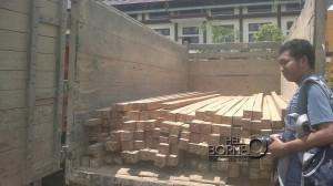 Truk 152 batang kayu balok jenis ulin beserta lima orang yang diduga lakukan pembalakan liar diserahkan ke Polres oleh Dishutbun Kabupaten Penajam Paser Utara (Bagus Purwa - Hello Borneo)