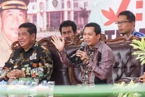 Wakil Ketua I DPRD Penajam Paser Utara, Sudirman (kanan) bersama Bupati Yusran Aspar (kiri) pada acara Temu Warga Benuo Taka di Kelurahan Waru, Kecamatan Waru (Suherman - Hello Borneo)