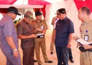 "Bupati Penajam Paser Utara (PPU), Kalimantan Timur, Yusran Aspar saat melakukan pamantauan kesiapan lokasi pelaksanaan ""groundbreaking"" kereta api borneo yang dipusatkan di Kawasan Industri Buluminung"