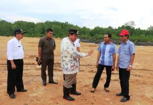 Bupati PPU, Yusran Aspar memantau kesiapan kunjungan Presiden Jokowi. (Subur Priono - Humas Setkab PPU)