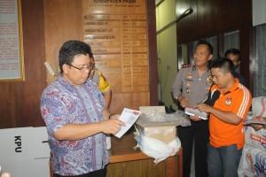 Kejar Target. KPU Paser kebut pelipatan dan penyortiran surat suara. (Rapal JKN - Hello Borneo)