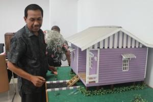 Kabid Perumahan Dinas Ciptakarya Kabupaten Paser, Yusran menujukan bentuk rumah bantuan layak huni. (Rapal JKN - Hello Borneo)