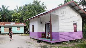 Rumah layak huni (RLH) bercat putih-ungu milik Asdani (37), warga Desa Janju, Kecamatan Tana Grogot, Kabupaten Paser, Kalimantan Timur. (Rapal JKN - Hello Borneo)
