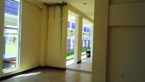 Meski sudah setahun gedung selesai, namun belum diserahkan ke pihak RSUD Panglima Sebaya. Tak terurus sudah banyak bagian gedung yang rusak dan retak, padahal belum juga dipakai. (Rapal JKN - Hello Borneo)