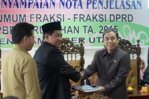 Bupati Penajam Paser Utara, Yusran Aspar menyerahkan dokumen KUA-PPAS Perubahan APBD 2015 kepada Ketua DPRD Nanang Ali (Suherman - Hello Borneo)