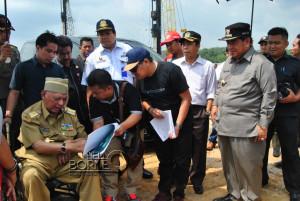 Gubernur Kalimantan Timur Awang Faroek Ishak saat meninjau langsung lokasi penyambutan kunjungan kerja Presiden Joko Widodo, di Buluminung, Kabupaten Penajam Paser Utara (Dika - Hello Borneo)