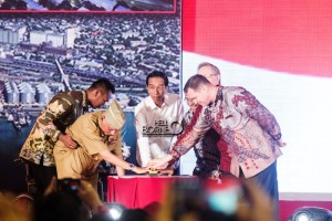 Presiden Jokowi melakukan pemencetan sirine tanda dimulainya Groundbreaking mega proyek besar. (Elim Sahara - Hello Borneo)
