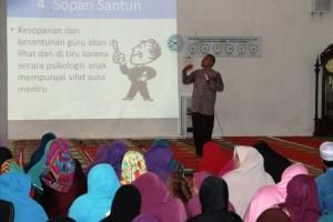 Muksin dari Sekolah Tinggi Pendidikan Agama Jogjakarta meberikan materi pada Pelatihan Kompetensi Ustadz dan Ustadzah di Kabupaten Penajam Paser Utara (Iskandar - Humas Setkab Penajam Paser Utara)