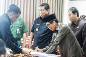 Penandatanganan nota kesepahaman KUA-PPAS ABBD Perubahan 2015 pada rapat paripuna DPRD Penajam Paser Utara (Suherman - Hello Borneo)