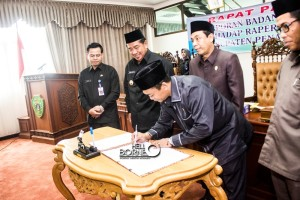 Penandatanganan persetujuan pengesahan Raperda APBD Perubahan Tahun Anggran 2015 Kabupaten Penajam Paser Utara menjadi Perda APBD Perubahan 2015 (Suherman - Hello Borneo)