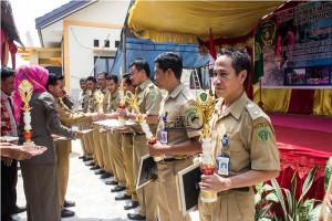 Penyerahan penghargaan kepada desa dan kelurahan serta kepala desa dan lurah terbaik pada kegiatan BBGRM 2015 tingkat Kabupaten Penajam Paser Utara (Suherman - Hello Borneo)