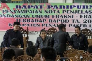 Rapat paripurna penyampaian nota penjelasan  dan pandangan umum fraksi-fraksi DPRD terhadap  RAPBD tahun naggaran 2016 Kabupaten Penajam Paser Utara (Suherman - Hello Borneo)