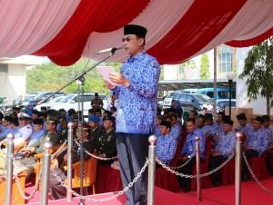 Wakil Bupati Penajam Paser Utara, Mustaqim MZ membacakan sambutan tertulis Presiden RI Joko Widodo saat memimpin upacara HUT Korpri ke- 44 (Subur Priono - Humas Setkab Penajam Paser Utara)