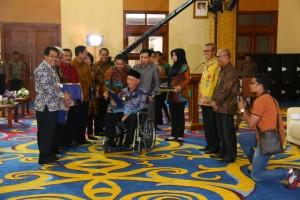 Pj Bupati Paser, Ibrahim (Kiri) menerima DIPA dari Gubernur Awang Faroek Ishak. (Humas Setdakab Paser)