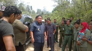 Bupati Penajam Paser Utara Yusaran Aspar, saat meninjau lokasi pembangunan jalan poros sebagai akses menuju KIB di wilayah Gunung Seteleng (AH Ari B - Hello Borneo).